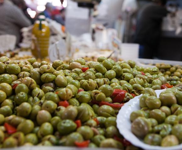 Verse olijven op de overdekte markt in Málaga